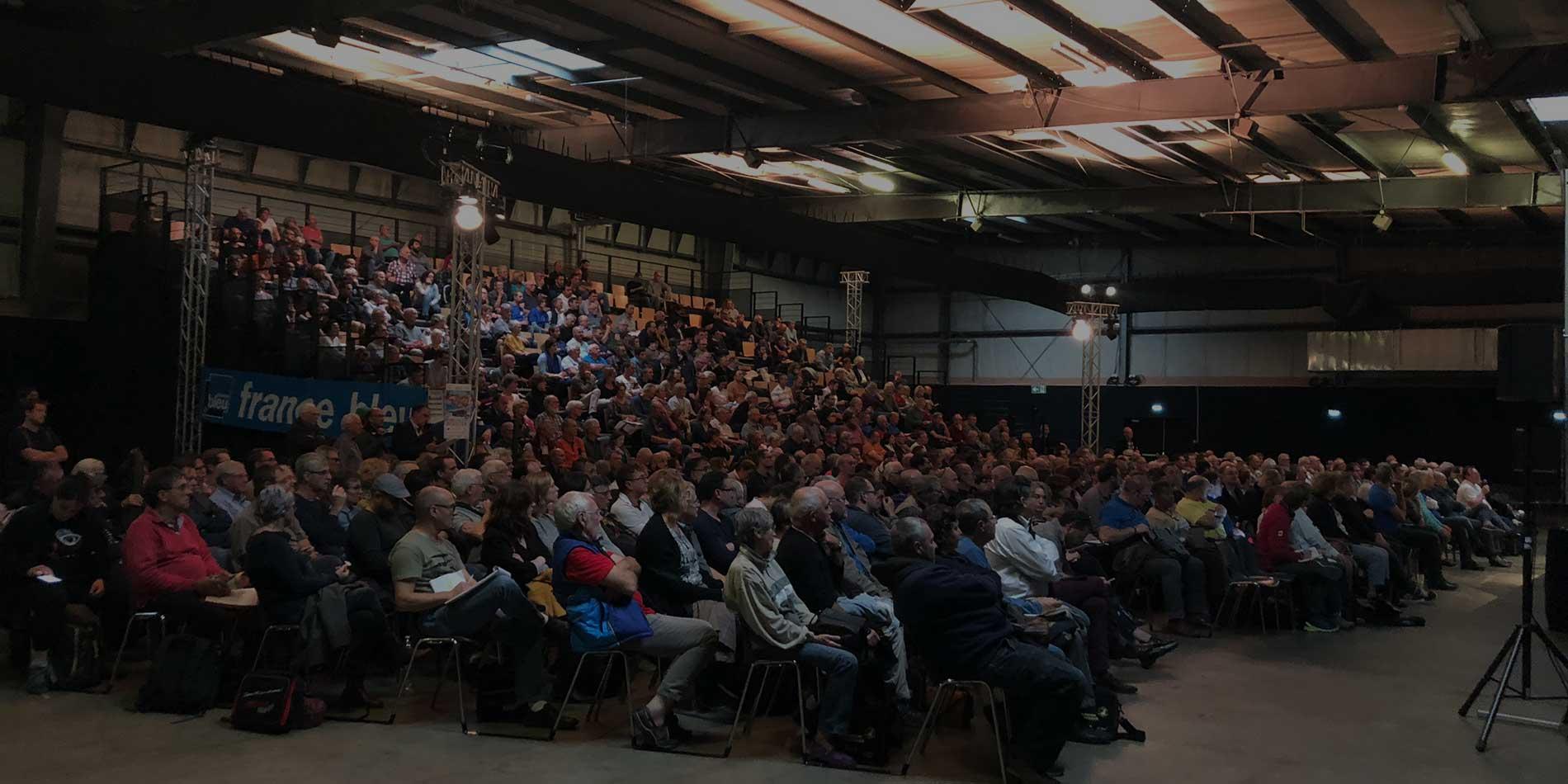 Le public dans les gradins du congrès d'apiculture de Rouen